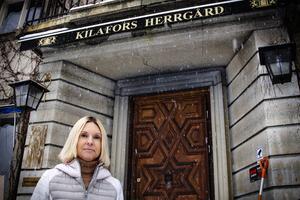 Madeleine Dahlström på trappan till Kilafors herrgård.