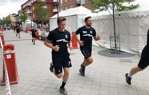 SAIK:s Daniel Berlin och Bollnäs Per Hellmyrs sprang sida vid sida i SAIK-loppet tidigare i år för att hedra Axel Jonssons minne (Hellmyrs systerson). Nu skakas loppet av svarta rubriker.