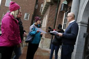 Kommunalrådet Bosse Svensson (C) tar emot namnlistor mot nedläggningen av Körfältsskolan.