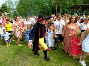 Många dansade runt midsommarstången på Murberget under ledning av den outtröttlige dansledaren Knapp Bertil Eriksson. Foto: Uno Gradin
