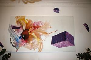 Petters egen konst pryder väggen i vardagsrummet. På andra väggar hänger hans vänners konst.