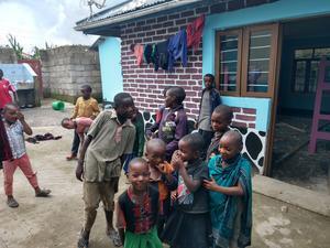 Ett 60-tal barn bor på barnhemmet Ndaga Orphanage.