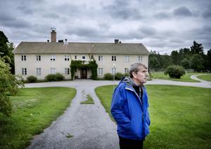 Lars Gille utanför det som tidigare var asylboende. Lars var en av många som engagerade sig och ordnade aktiviteter för de asylsökande. Fortfarande har han kontakt med flera familjer som bodde på boendet.