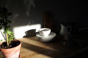Just den här dagen skiner solen in från husets många fönster.