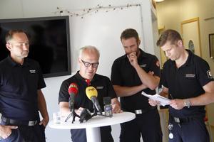 Vid presskonferensen i Färila medverkade räddningsledare Robert Strid, landshövding Per Bill, samt avgående operativ chef Hans Nornholm, och kommunikationsstrateg Magnus Mosén.