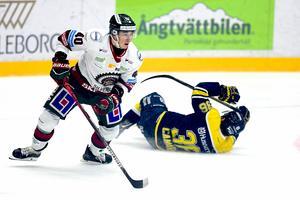 Frölundas Joel Mustonenoch HV71:s Anthony Camara  under måndagens ishockeymatch i SHL mellan HV71 och Frölunda HC i Kinnarps Arena.