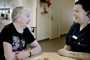 Elsa Hansson bor på en av de andra avdelningarna men Caroline Åsberg känner alla i hela huset.