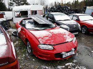 En Chevrolet Camaro i kanonskick fick taket intryckt vid ett snöras. Den blev så svårt skadad att den måste skrotas.