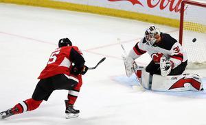 Eddie Läck släppte en puck bakom sig i sin debutmatch för Devils.