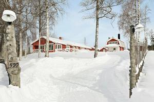Ett fint och välbyggt bostadshus, samt en mycket charmig gammelstuga i två plan.Foto: Svensk Fastighetsförmedling