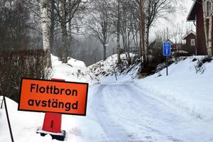 En skylt vid nedfarten från Österfors visar att bron är avstängd.