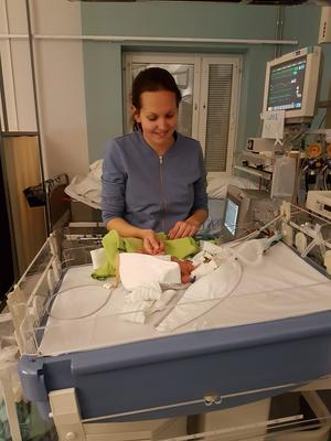 De båda föräldrarna kämpade för att hålla modet uppe på sjukhuset. Här är Jennifer med Loke.
