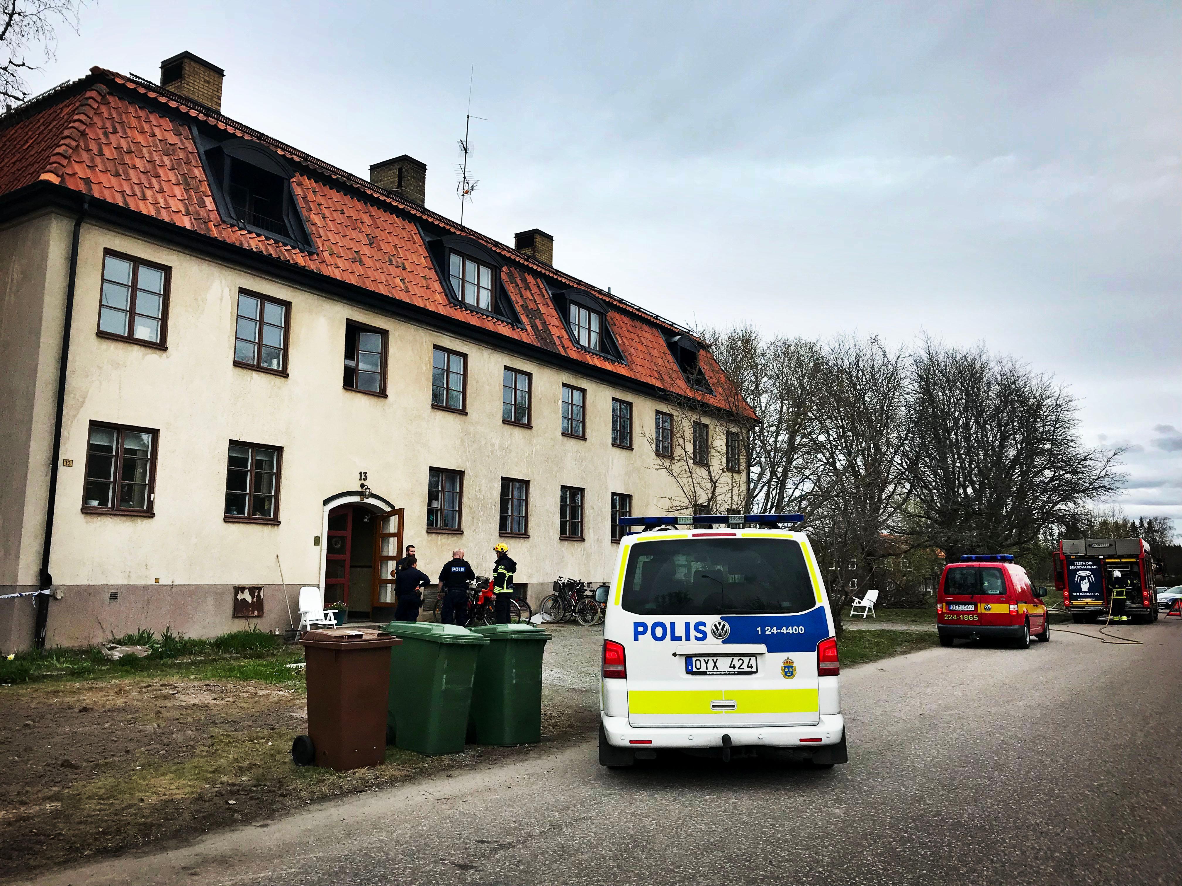 Polisskott i jakt pa misstankta mordbrannare vid skola