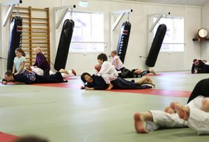 Många föräldrar fick bekänna färg redan under uppvärmningen som Anna Bjärtå ledde. Att kräla fram på golvet med ett barn som fripassagerare höjde pulsen på de flesta.