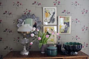 Erika Åberg är en hejare på att skapa fina stilleben. I vardagsrummet har hon gjort ett i art deco-stil.