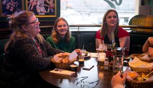"""Anna Högback, Nellie Persson och Pernilla Wennman var taggade. """"Det är ju på dagen ett år sedan de gick upp i SHL, så det här är Timrås datum"""", sa Anna."""
