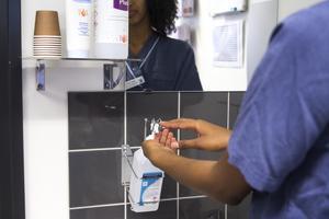 Sjukvårdspersonal desinficerar sina händer.Foto: Isabell Höjman / TT /