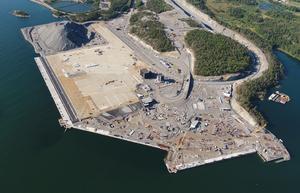 Hamnplanen för containerhamnen, som syns som en stor ljus yta på bilden, börjar nu bli helt färdig.  Foto: Stockholms Hamnar