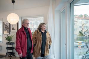 Leif och Annika Hall på visning i ett av de trekantiga husen på Gideonsberg.
