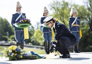 Prins Carl Philip lägger ner en krans i samband med årets veterandag. Foto: Pontus Lundahl/TT