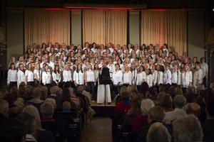 Popitoppkörens nära 200 sångare genomförde två välgörenhetskonserter under första advent.