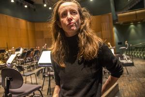 Dirigent Jessica Cottis i Gävle konserthus vid ett tidigare tillfälle.