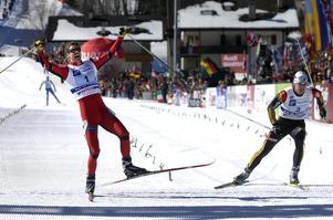 Norges Thomas Alsgaard drog det längsta strået efter en spurtstrid med Tysklands Axel Teichmann. Där bakom syns Jörgen Brink kämpa sig in mot mål.