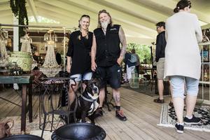 Veronika Bastamow och Thomas Molin från Stockholm var inte ensamma om att spana in auktionen på Grisslehamns dansbana.