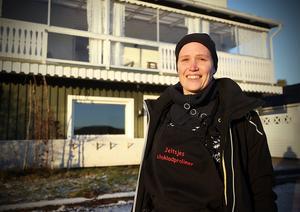 Det är här, mitt emot fotbollsplanen som butiken och chokladcaféet ska öppna, berättar Sarayhe de Jong.