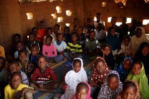 En klass maliska flickor och pojkar i sin skola i staden Gao. Foto: AP/Jerome Delay)