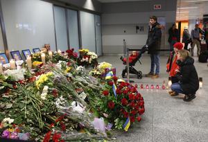 Barn och ungdomar med hela livet framför sig fick betala det yttersta priset för att länderna agerar i affekt gentemot varandra, skriver Jytte Guteland. På bilden: De döda i det nedskjutna ukrainska flygplanet hedras med blommor på Kievs internationella flygplats.
