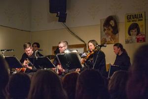 Musiken stod Sara Karlsson, Robert Jerfström Rotter, Andreas Josefsson, Jon Sjödin och Jonatan Åberg från Jarsefôlk för.