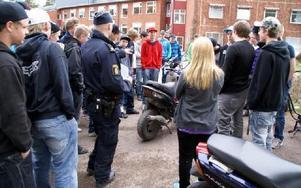 Polisen Anders Modén berättar för några ungdomar vid Rättviksskolan att mopeden på bilden ser ut som den bör se ut - reg.skylten syns inte.FOTO: HANS BLOOM