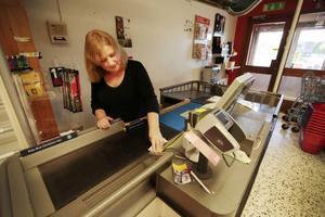Gunnel Persson vågar inte sia om framtiden för affären  i Föllinge.– Jag törs inte tro något. Man vet ingenting, men jag hoppas att det ordnar sig till det bästa, säger hon.