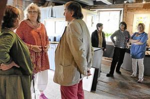 Vernissage. Under sommaren ställer Lena Linderholm ut en del av sina verk i Grythytte qwarn. Under lördagen fanns Lena på plats för vernissage. Här pratar hon med Meta och Runar Nyängen från Örebro.