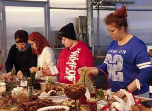 Julpyssel med tillverkning av julgrupper.