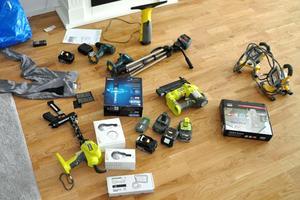 Hos en av de misstänkta personerna hittades flera verktyg och maskiner som misstänks ha stulits och som skulle säljas på Tradera. Bild: Polisens förundersökning