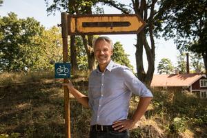 Björn Fransson visar upp hur skyltarna längs med lederna ser ut.
