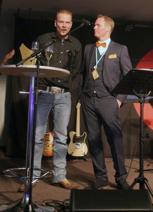 En stolt Magnus Undevik tar emot priset som Årets företagare i Hedemora 2019. Till höger: Företagarnas ordförande Daniel Erlandsson. Foto: Företagarna