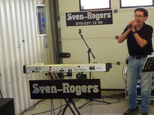 Kjell Scherman i Sven-Rogers tränar sångrösten i ett garage i Bjästa.