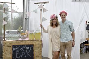 Jessica och Petter bjuder in till 30-års fest med pyntad bar.