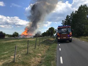Ladugården var redan övertänd när första brandbilen var på plats.