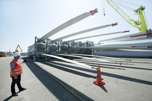 Varje vindkraftverk består av tio delar som alla är mellan 60 och 70 meter långa. Det är en krävande hantering där säkerheten är viktig.