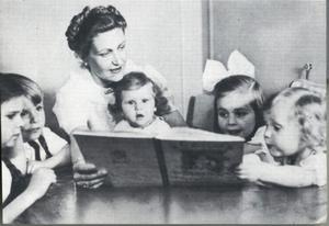 Fru Magda Goebbels läser en saga för sina barn i bunkern i Berlin.