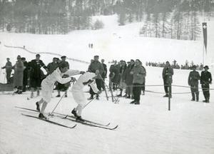 Nils Östensson, till vänster, vinner första stafettsträckan med stor marginal och skickar iväg Nils Täpp på den andra sträckan i St. Moritz 1948. Segermarginalen till Finland blev nästan nio (!) minuter. Gunnar Eriksson och Martin Lundström var de andra två svenskarna. Bild: TT.