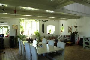 Det stora vardagsrummet som också inrymmer en liten hemmastudio.