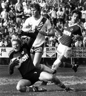 1981 var Opes bästa säsong i den nästa högsta serien, som det året var division 2 norra. Här på bilden ser vi Opes centerforward Anders Wiktorsson framme och oroar Degerforskeepern Roland Jansson. Matchen slutade 1-1. Det året slutade Ope IF åtta i serien, men var bara två poäng från andraplatsen.