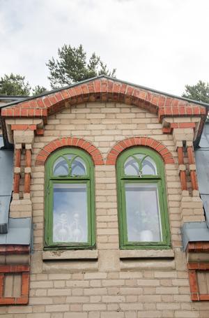Huset har sirliga och omsorgsfulla detaljer, som det här fina badrumsfönstret.