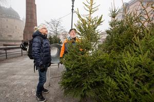För stamkunden Göran Sannander är det viktigt med en doftande julgran hemma.– Då infinner sig barndomsminnen.