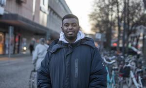 Mohamed Yusuf: – Jag har fått många böter. När jag ser en böter blir det kaos för man tänker direkt hur mycket man har på kontot. Men man lär sig mer och mer. Sen det här med datumparkering... Senaste böter fick jag förra månaden i Stockholm. 950 kronor!